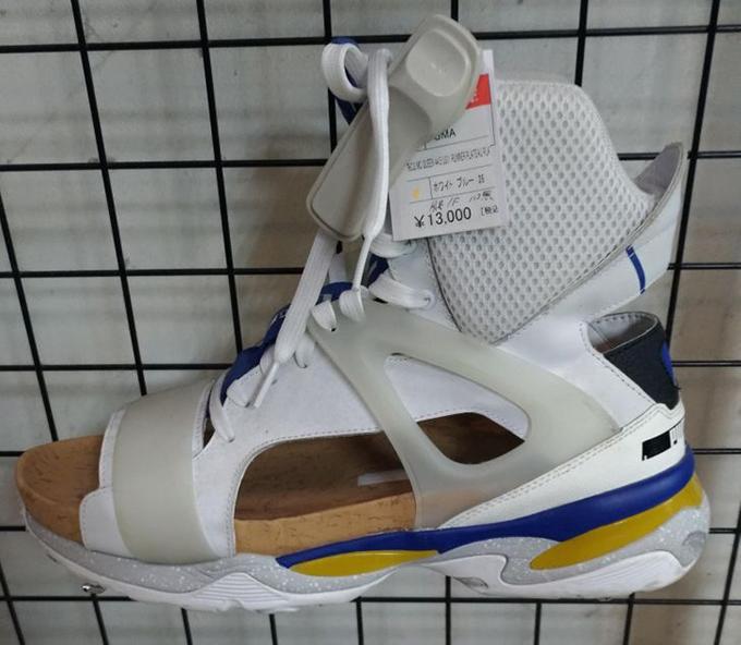 Đây là một mẫu giày thể thao, hoặc sandal, hoặc cả hai.