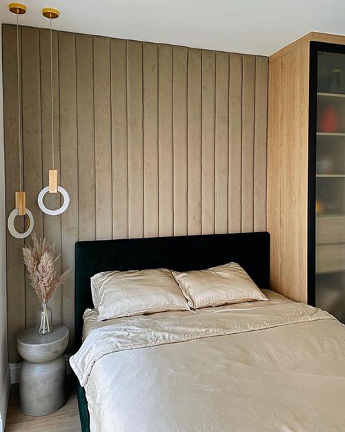 Đối diện của phòng khách là phòng ngủ dành cho khách ghé thăm nhà. Trong phòng có tông chủ đạo là be để phù hợp với nhiều vị khách. Cô cũng đầu tư nội thất thanh lịch cho không gian mà mình ít sử dụng tới.