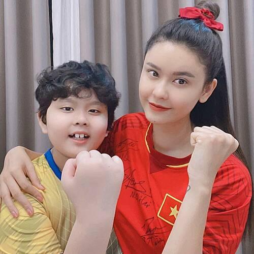 Trương Quỳnh Anh và con trai ủng hộ hết mình cho những chiến binh sao vàng.