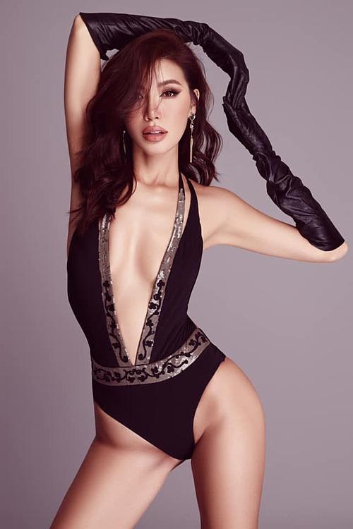 Siêu mẫu Minh Tú diện trang phục xẻ ngực sâu khoe vòng một gợi cảm.