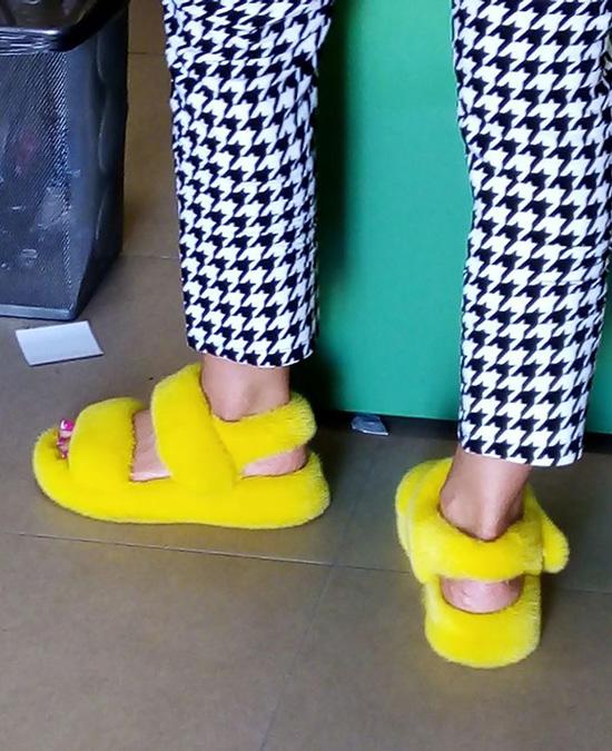 Đôi sandal đông hè kết hợp cũng nổi bật không kém.