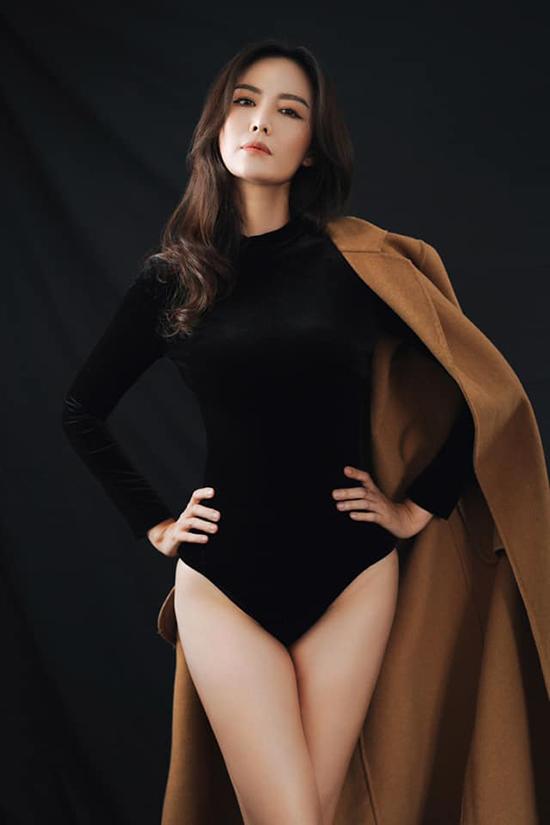 Năm 2017, ở tuổi 41, hoa hậu nặng 52 kg và tự tin khoe đôi chân thon với trang phục bodysuit trong bộ ảnh do stylist Hoàng Anh thực hiện.