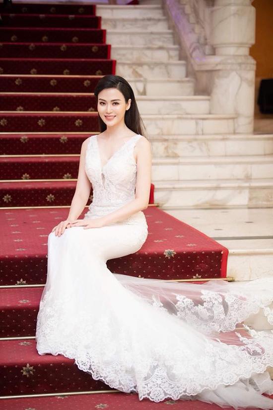 Khi dự sự kiện thảm đỏ, cô cũng tạo ấn tượng bởi sự chỉn chu trong phục sức.