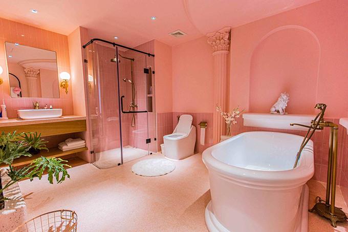 Bên trong phòng tắm master có bồn tắm và khu tắm đứng.