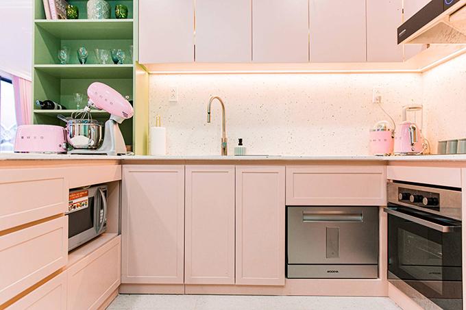 Căn bếp được Quỳnh Anh chú trọng, hoàn thiện như không gian quán cafe với 3 sắc màu chủ đạo là xanh, trắng, hồng. Vật liệu cho mặt bếp và ốp tường là đá mài hạt xanh. Bếp có hệ ánh sáng mạnh để thuận tiện cho việc nấu nướng của cô, phía bên trong các tủ bếp đều gắn đèn led tiện lợi để lấy đồ.