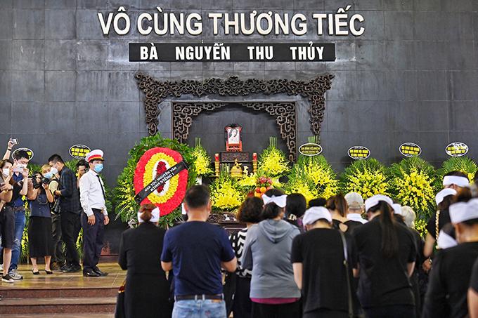 Lễ viếng Hoa hậu Việt Nam 1994 bắt đầu lúc 11h45. Theo chia sẻ của gia đình, tang lễ được diễn ra đơn giản, đảm bảo nguyên tắc 5K phòng chống dịch trong bối cảnh Covid-19 vẫn diễn biến phức tạp ở Hà Nội.