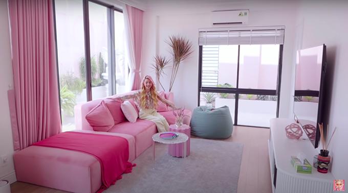 Tiếp đến là phòng khách mà theo Quỳnh Anh là đậm chất bánh bèo vì có nội thất màu hồng chủ đạo.