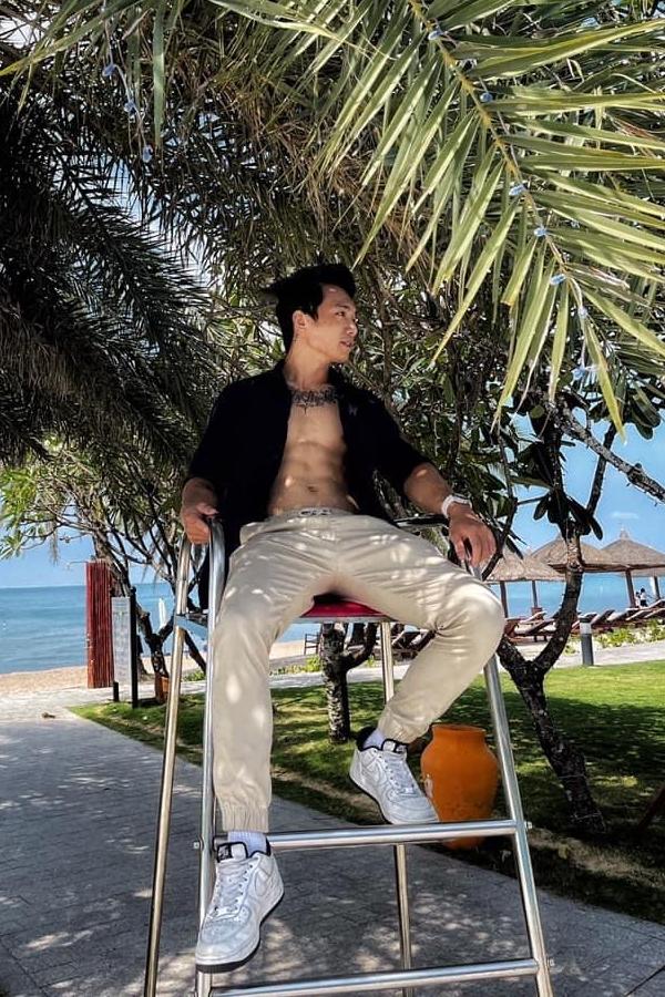 Bạn trai Thái Trinh yêu thích xăm hình trên ngực, cánh tay và chân.