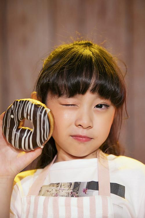 Mẫu nhí Mỹ An thể hiện sự đáng yêu với chiếc bánh được các cô nàng hảo ngọt ưa thích.