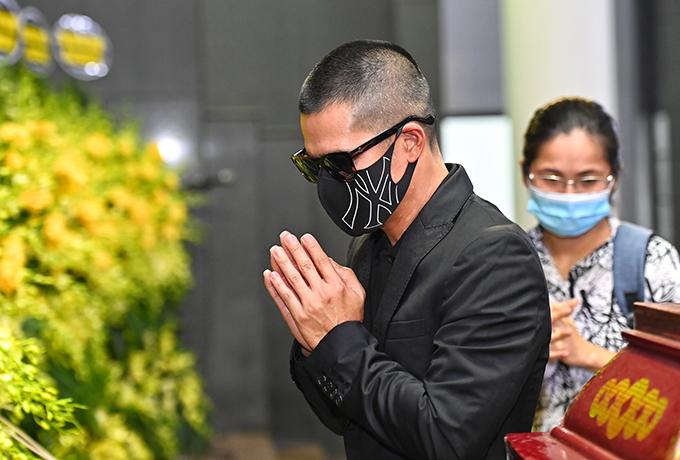 Đạo diễn Việt Tú có mặt từ sớm để tạm biệt Thu Thuỷ. Người nhà sau đó cho biết, cô bị ốm từ vài ngày trước và được đưa đi cấp cứu từ đêm 4/6 nhưng không qua khỏi vì truỵ tim.