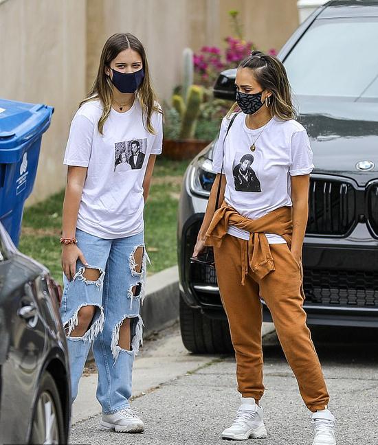 Jessica Alba (phải) nhỏ bé bên con gái trong bức ảnh chụp vào tháng 3.