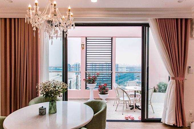 Tiếp theo chính là bàn ăn có sức chứa tối đa là 8 người. Các khu vực này được thiết kế thông thoáng, nối liền với hành lang bên ngoài để khai thác triệt để lợi thế tầm nhìn của penthouse.