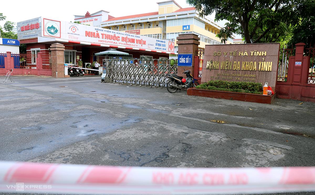 Bệnh viện Đa khoa tỉnh Hà Tĩnh, nơi bệnh nhân 9117 làm việc, phong tỏa từ sáng 8/6. Ảnh: Hùng Lê