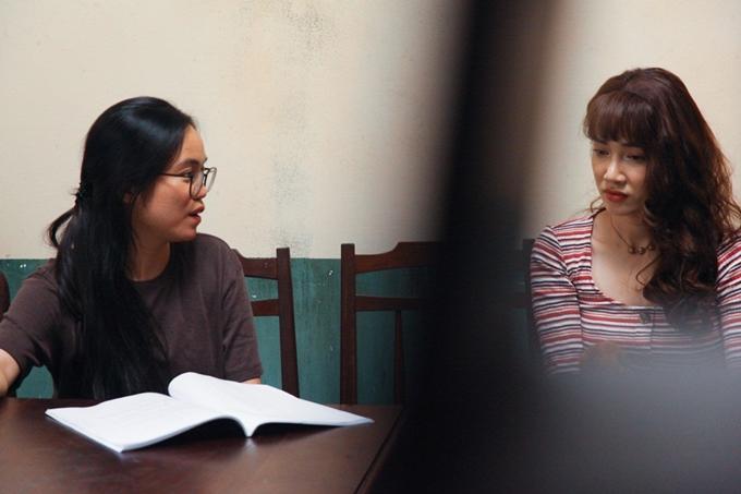 Nhã Phương làm việc với đạo diễn trước cảnh quay xung đột của ba anh em.