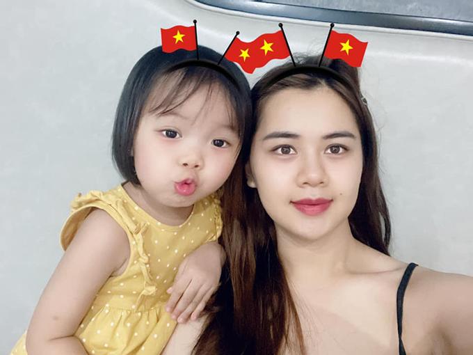 Vợ và con gái Quế Ngọc Hải thức đêm cổ vũ tuyển Việt Nam trong trận đấu với Indonesia. Ảnh: DTP.