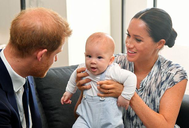 Bé Archie chính thức lên chức anh sau khi em gái chào đời hôm 4/6. Ảnh: PA.
