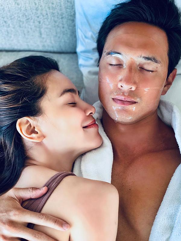 Vợ chồng Hồ Ngọc Hà cũng tranh thủ dành cho nhau những giây phút riêng tư. Họ cùng đắp mặt nạ thư giãn hay Hà Hồ dạy ông xã nói tiếng Việt lưu loát hơn.