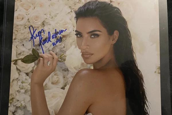 Kim ký tên đầy đủ là Kim Kardashian West trên bức ảnh fan đưa.