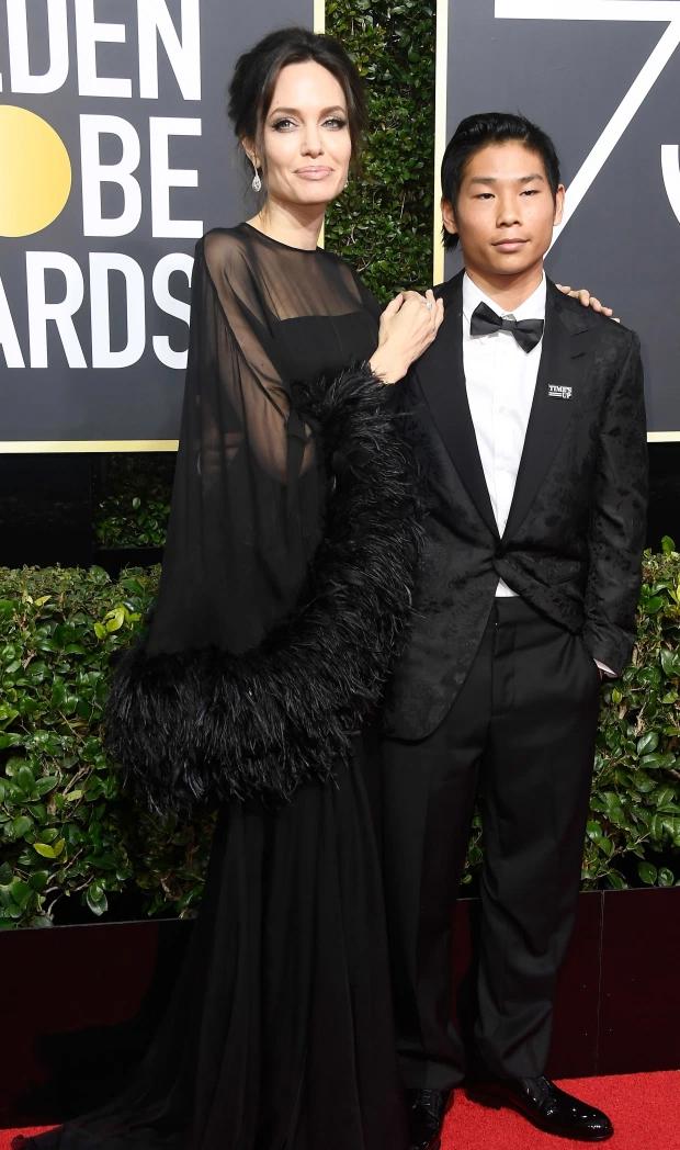 Pax Thiên và mẹ trên thảm đỏ Quả cầu vàng 2018.