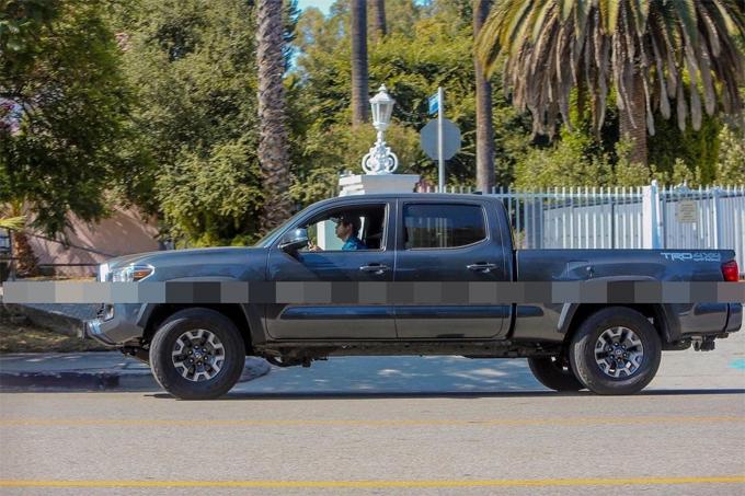 Pax lái xe bán tải bên ngoài biệt thự của gia đình ở Los Angeles vào tháng trước.