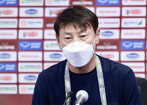 HLV Shin Tae-yong của Indonesia trả lời họp báo sau trận. Ảnh: Lâm Thỏa.