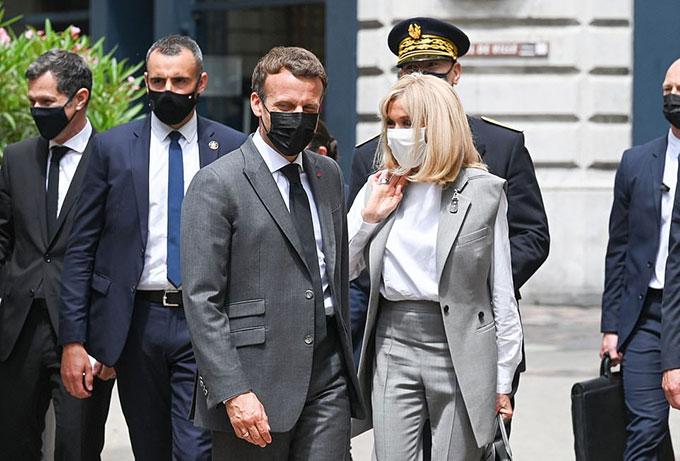 Ông Macron và vợ trưa 8/6. Ảnh: AFP.