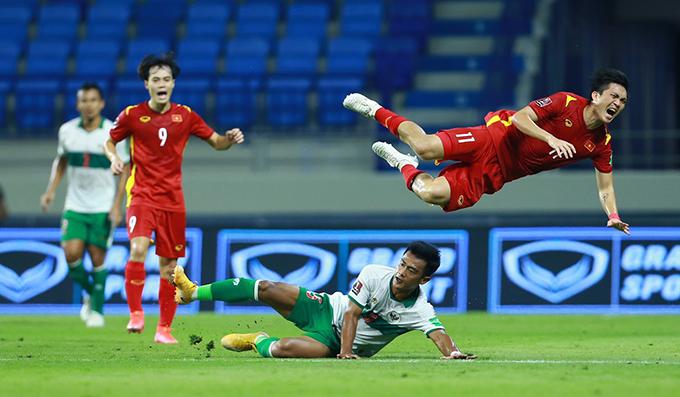 Cầu thủ Indonesia lao gầm giày khiến Tuấn Anh ngã nhào và đau đớn. Ảnh: Lâm Thoả.