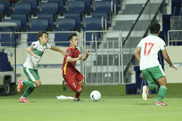 Tuyển Indonesia đang trẻ hóa đội hình dưới thời HLV Shin Tae-yong, thi đấu quyết liệt trong hiệp một. Ảnh: Lâm Thỏa.