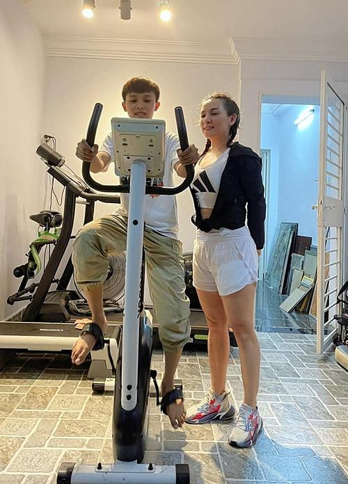 Phi Nhung đăng ảnh tập gym thân thiết với con nuôi Hồ Văn Cường.
