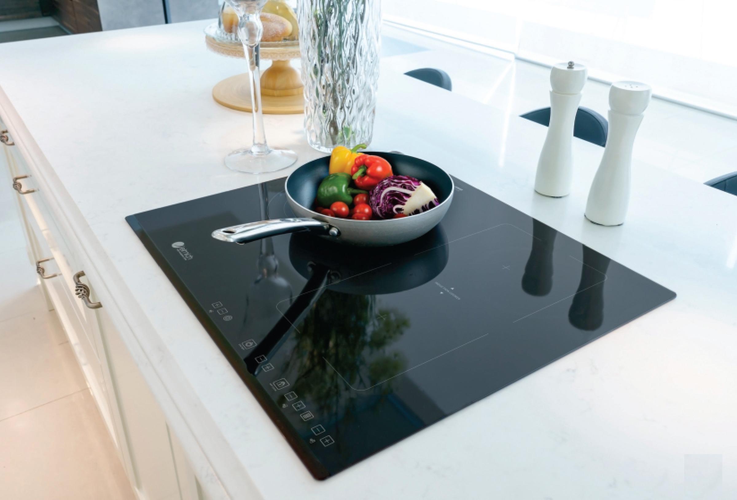 Bếp ba hỗn hợp Elmich ICE-3494 thiết kế âm bàn giúp gian bếp thêm đẹp mắt. Mặt bếp sử dụng mặt kính Schott-ceran của Đức. Cảm biến hồng ngoại giúp thao tác điều khiển dễ dàng, chính xác hơn. Chức năng hẹn giờ, khóa phím trẻ em tiện ích. Bếp có thể tự nhận diện nồi giúp tiết kiệt năng lượng và thời gian nấu nướng.  Cảnh báo dư nhiệt giúp đảm bảo độ bền cho bếp và dụng cụ nấu với khoảng nhiệt an toàn khi sử dụng. Mặt bếp hồng ngoại ba vùng nấu với nhiều kích thước nồi khác nhau. Sản phẩm có giá giảm 49% còn 8,88 triệu đồng (giá gốc đến 17,5 triệu đồng).