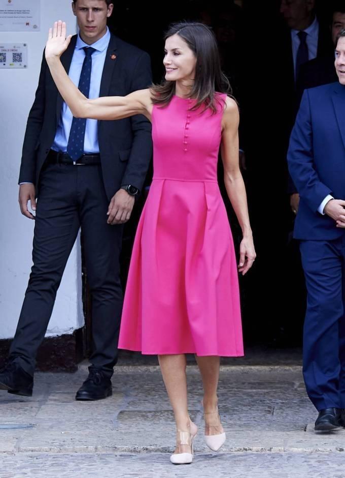 Phu nhân của Quốc vương Felipe VI để lộ cánh tay săn chắc khi diện trang phục sát nách.