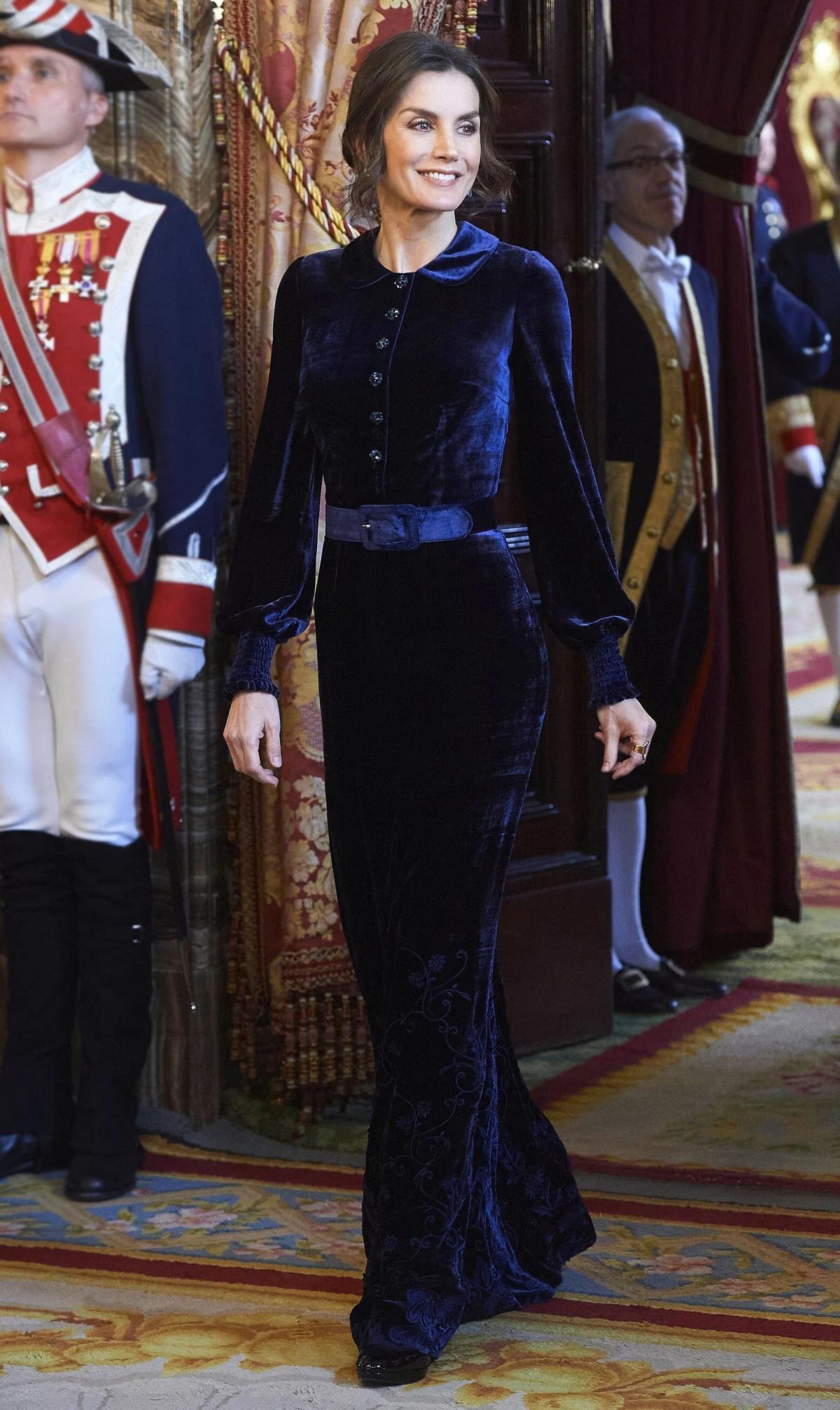 Phong cách thời trang, lối trang điểm của Hoàng hậu Letizia được đánh giá cao.