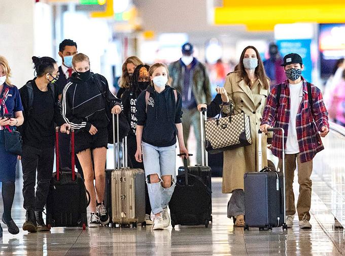 Nhà Jolie đến New York du lịch nhân dịp sinh nhật của nữ diễn viên. Đây là chuyến đi chơi xa đầu tiên của Jolie và 6 người con từ khi dịch bệnh bùng phát vào đầu năm ngoái. Bảy mẹ con đã ở Los Angeles cách ly tránh dịch hơn một năm qua.