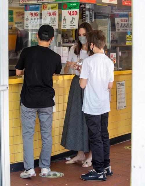 Ba mẹ con minh tinh Hollywood mua đồ tại quán Gray's Papaya - nơi bán hot dog vừa ngon vừa rẻ thường được khách du lịch ghé qua. Một combo gồm hot dog và ly nước có giá 4,5 USD.