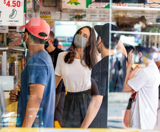 Angelina và hai con đeo khẩu trang tránh dịch, đứng chờ như những vị khách bình thường.