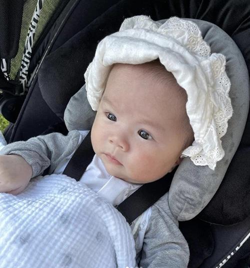 Bé Bay - con gái của An Nguy và người yêu đồng giới Alex đã được 3 tháng tuổi. Mẹ em còn lập trang Instagram để lưu giữ ảnh đẹp của con.