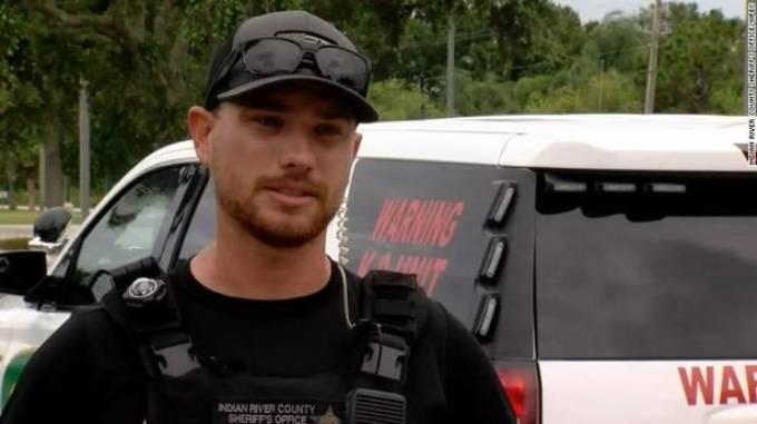 Cảnh sát Curby kịp thời đón được em bé sau khi James ném đứa trẻ về phía anh để bỏ chạy. Ảnh: Indian County Sheriff.