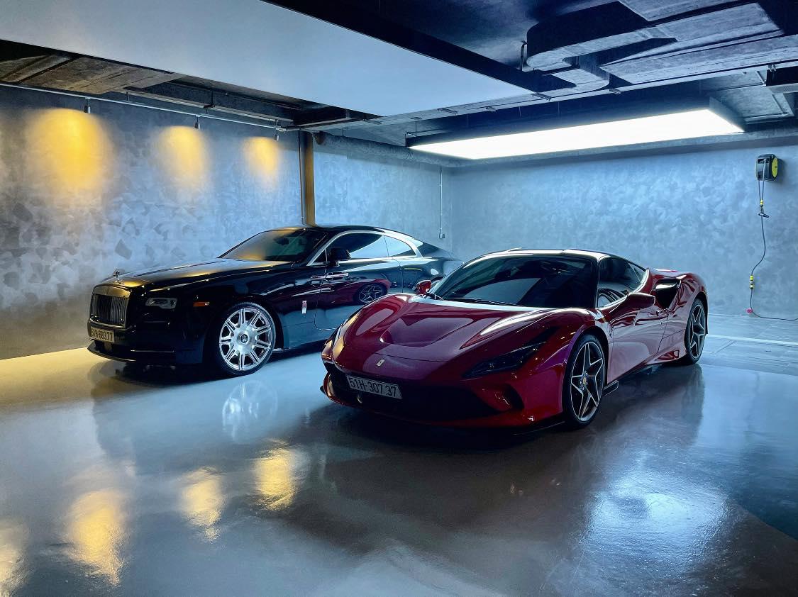 Rolls-Royce Wraith Series II mà đen và Ferrari F8 Tributo màu đỏ của Cường Đô La.