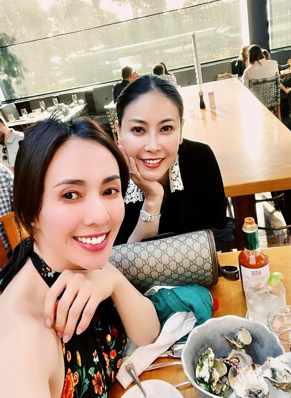 Hà Kiều Anh (phải) hội ngộ MC, ca sĩ Ngọc Khánh. Họ dành nhiều thời gian trò chuyện, hỏi thăm công việc lẫn cuộc sống của nhau.