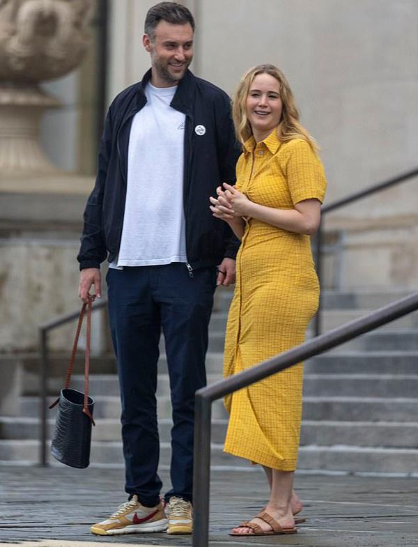 Jennifer Lawrence rạng rỡ bên ông xã Cooke Maroney trong buổi tham quan thành phố New Orleans hôm 7/6. Cooke Maroney - giám đốc phòng tranh ở New York - đến thăm Jennifer khi cô đang đóng phim ở thành phố này.