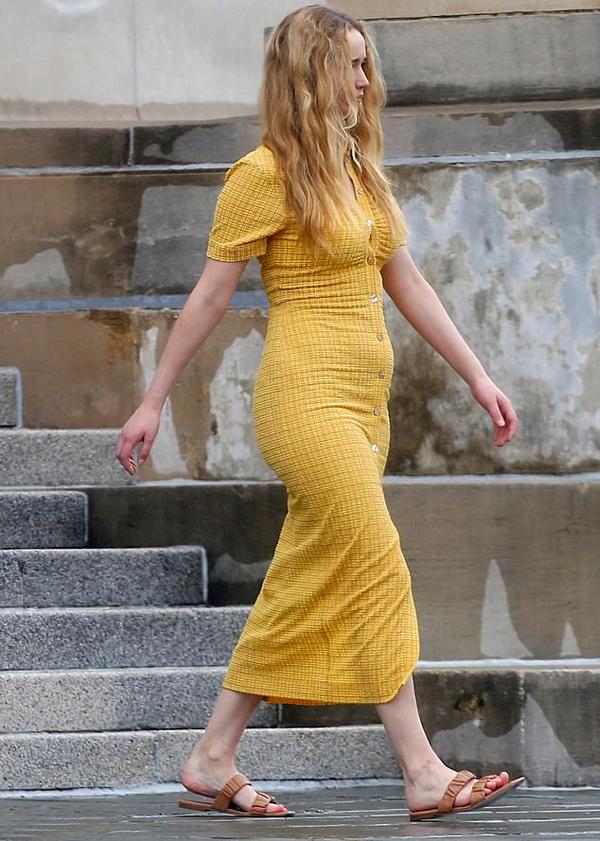 Chiếc váy bị căng nứt cúc khiến J.Law đi lại kém thoải mái.