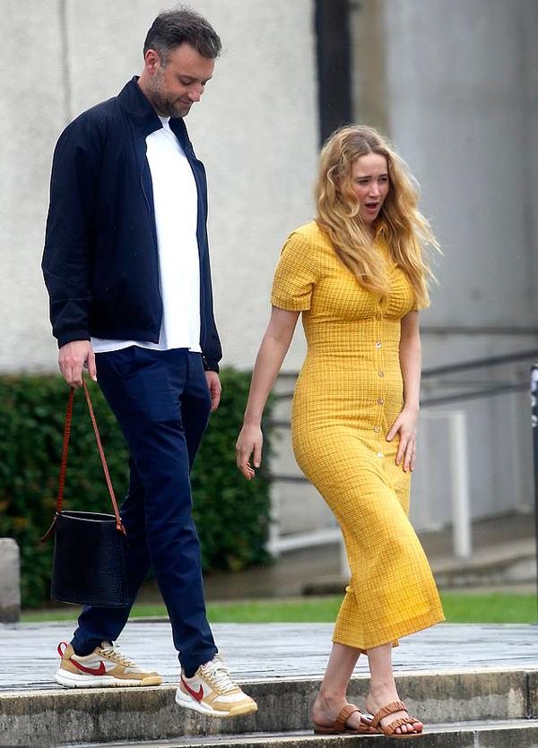 Từ đầu năm đến nay Jennifer Lawrence luôn bận rộn quay phim. Từ tháng một đến tháng ba, cô tham gia bộ phim điện ảnh Dont Look Up đóng cùng các ngôi sao Leonardo DiCaprio, Meryl Streep, Jonah Hill, Cate Blanchett, Chris Evans...