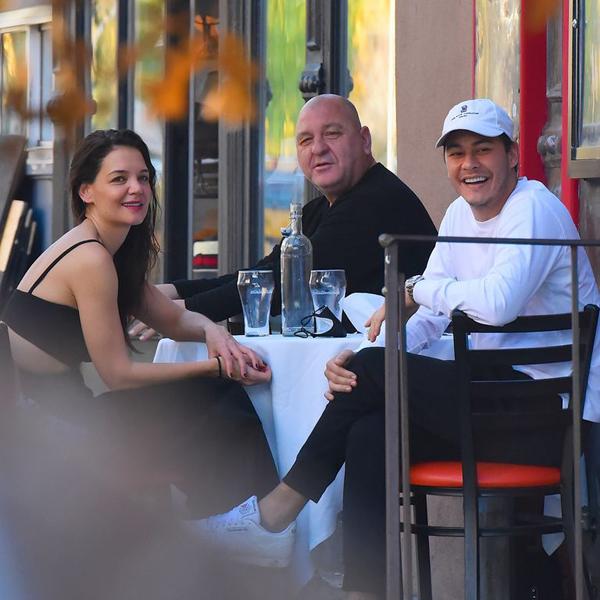 Katie tới nhà hàng của Emilio vào năm ngoái. Bố của Emilio (ngồi giữa) là chủ của nhà hàng.