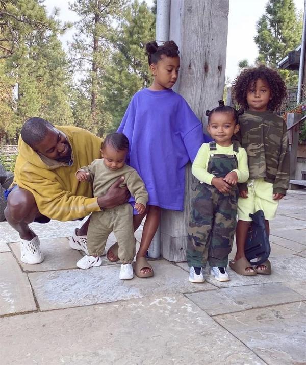 Cô lục lại khoảnh khắc Kanye West vui đùa bên bốn người con.