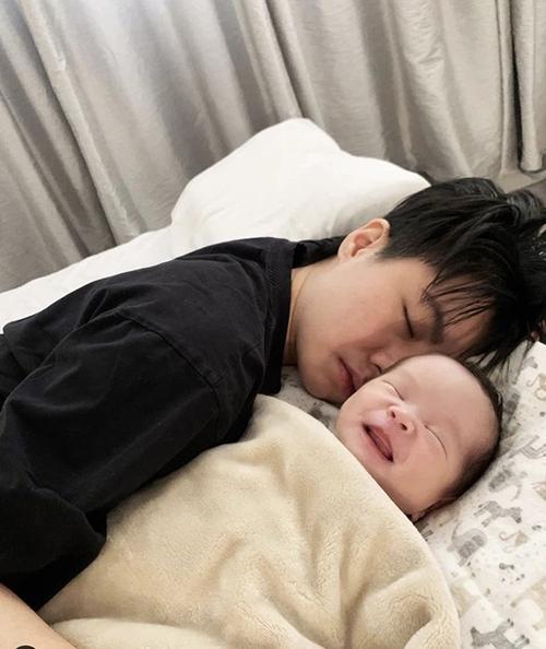 Alex cũng thiếu ngủ khi chăm con gái nhỏ.