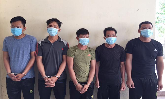 Dương, Lĩnh, Việt, An và Toàn tại cơ quan điều tra. Ảnh: Sơn Thủy.