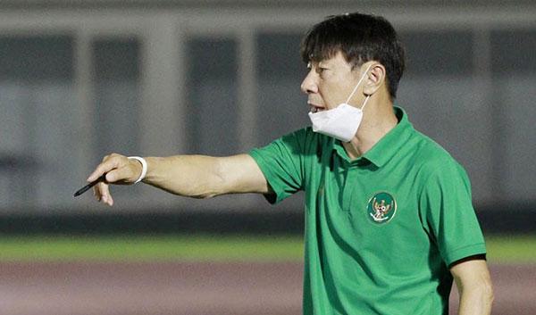 HLV Shin Tae-yong cho rằng tổ trọng tài bắt trận Indonesia - Việt Nam mắc nhiều sai sót ảnh hưởng tới cục diện trận đấu. Ảnh: Bola