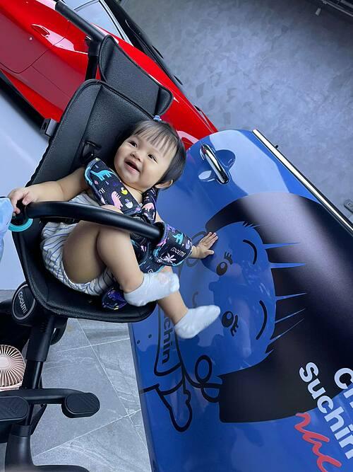 Cường Đôla đăng ảnh con gái Suchin bên hình ảnh Chibi của con gái trên xế hộp.