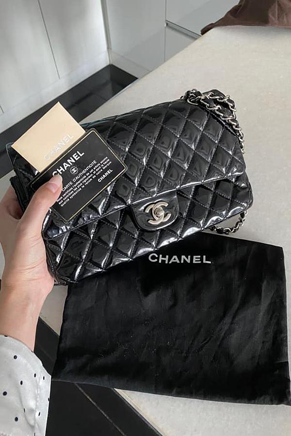 Mẫu túi da bóng kinh điển của Chanel còn mới 90%, được Trúc Diễm thanh lý với giá 60 triệu đồng, giảm gần một nửa so với giá gốc. Vì thế, túi nhanh chóng được mua lại.