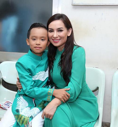 Hồ Văn Cường được công chúng biết đến nhờ giành được ngôi vị quán quân tại Vietnam Idol Kids 2016. Sau cuộc thi, nam ca sĩ được Phi Nhung nhận con nuôi và định hướng hoạt động âm nhạc chuyên nghiệp.